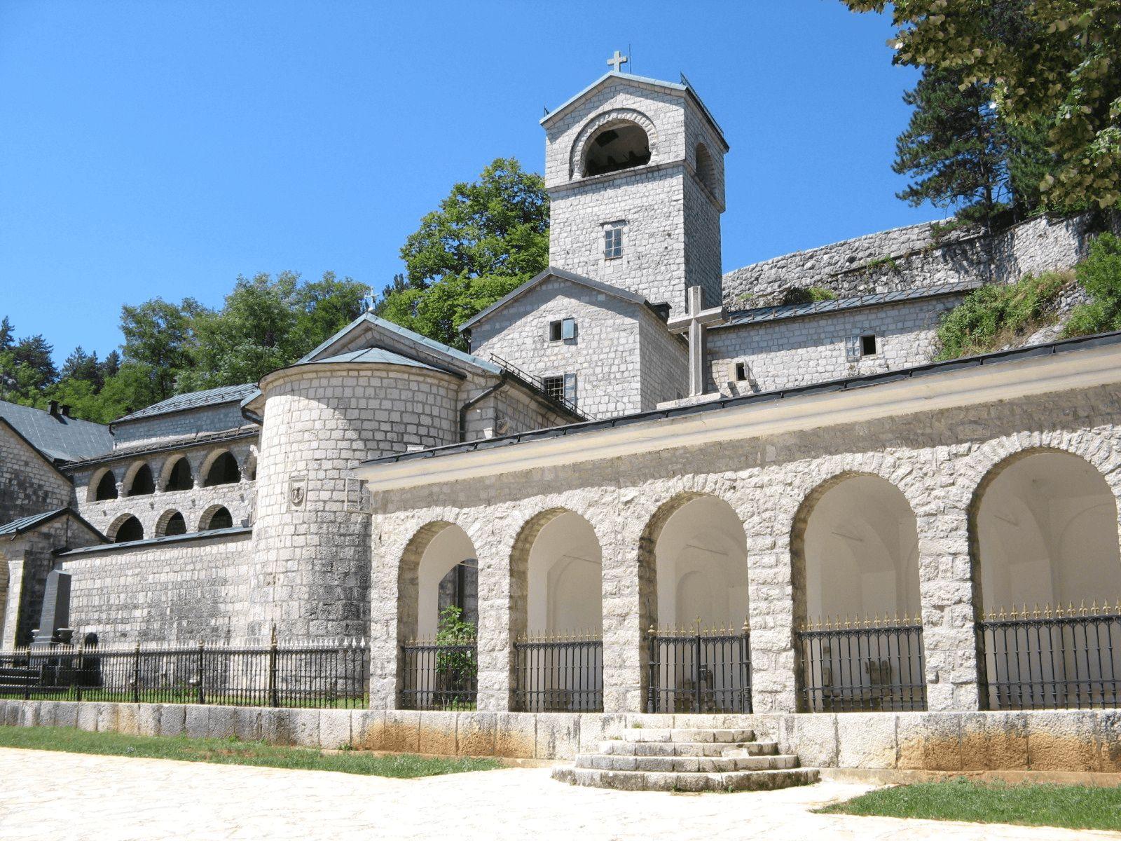 Budva i Crna Gora: Cetinje: Cetinjski manastir i riznica